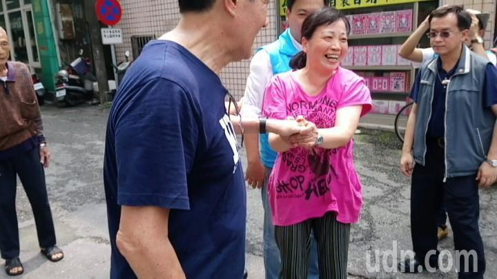 穿粉紅上衣的「阿姐」,看見馬英九後興奮的來回跳躍。記者卜敏正/攝影