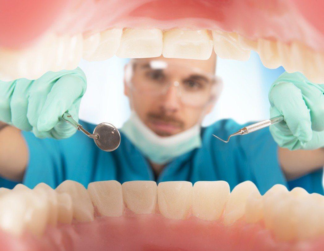 每一顆牙齒都應全力搶救,民眾絕對別自暴自棄,放任牙齒自然脫落。 圖╱123RF