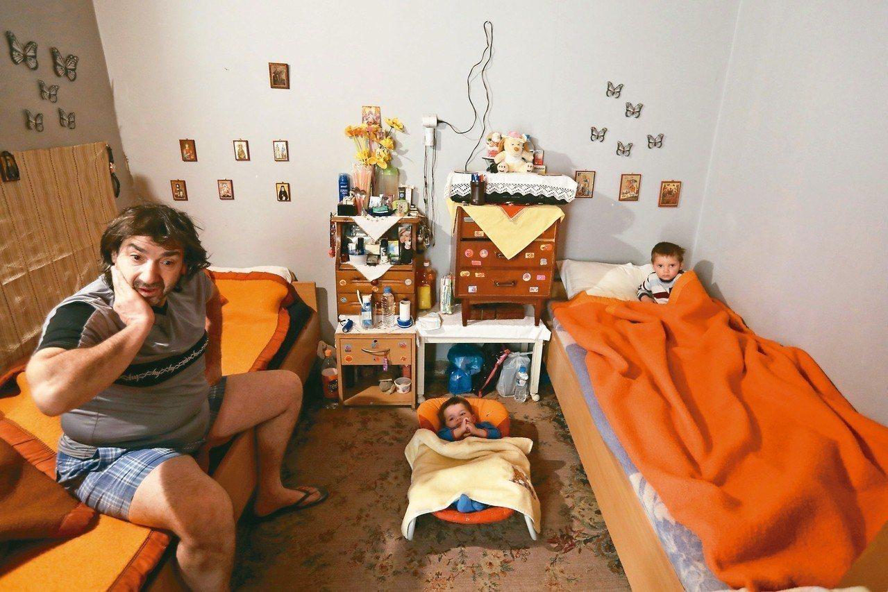 無家可歸的帕潘托尼歐,帶著一歲和兩歲半的孩子,住進教會收容所。 美聯社