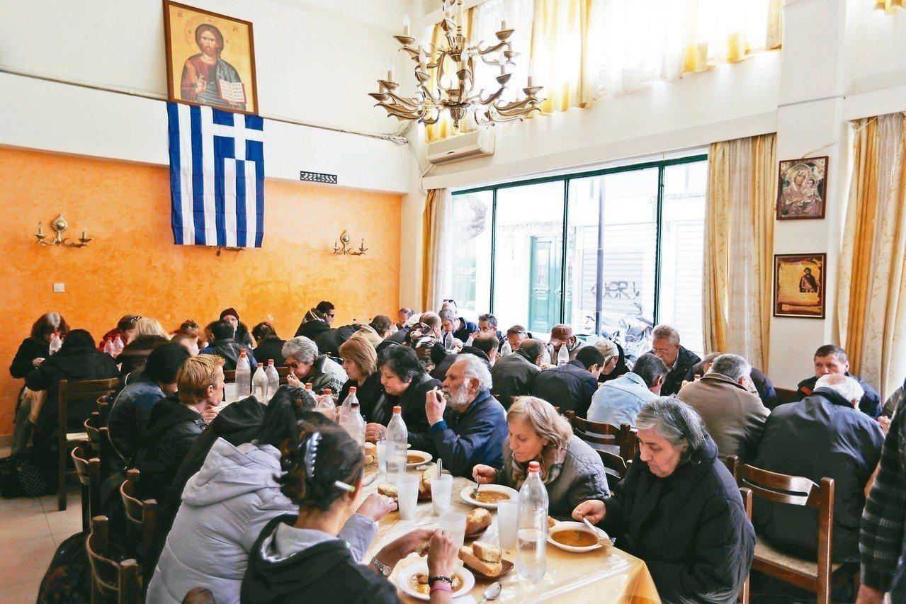 雅典的希臘教會每天供應400至500人份免費餐食,這個數字不斷增加。 美聯社