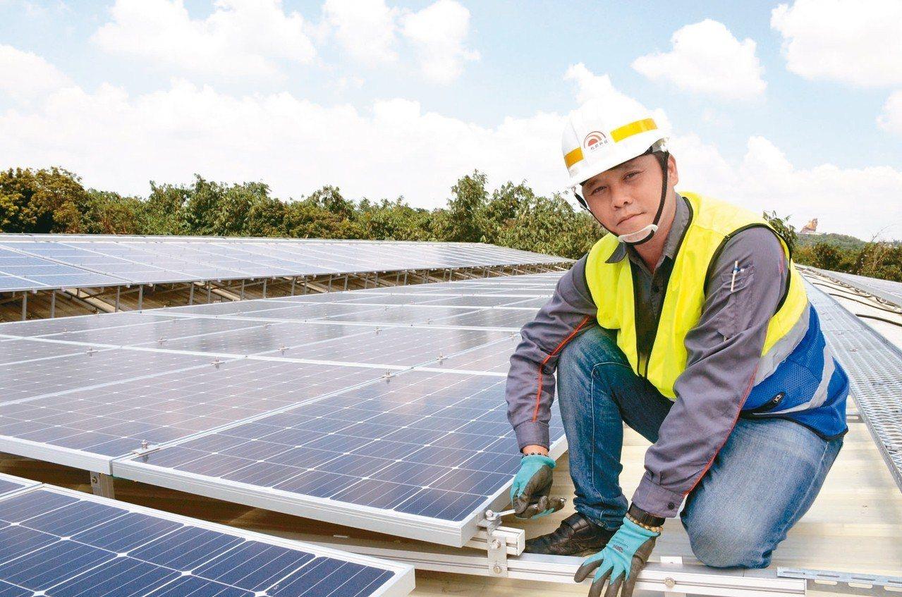 僅有高職學歷林志明4年前被資遣,參加「太陽能光電技術應用班」職訓課程,如今已成為...