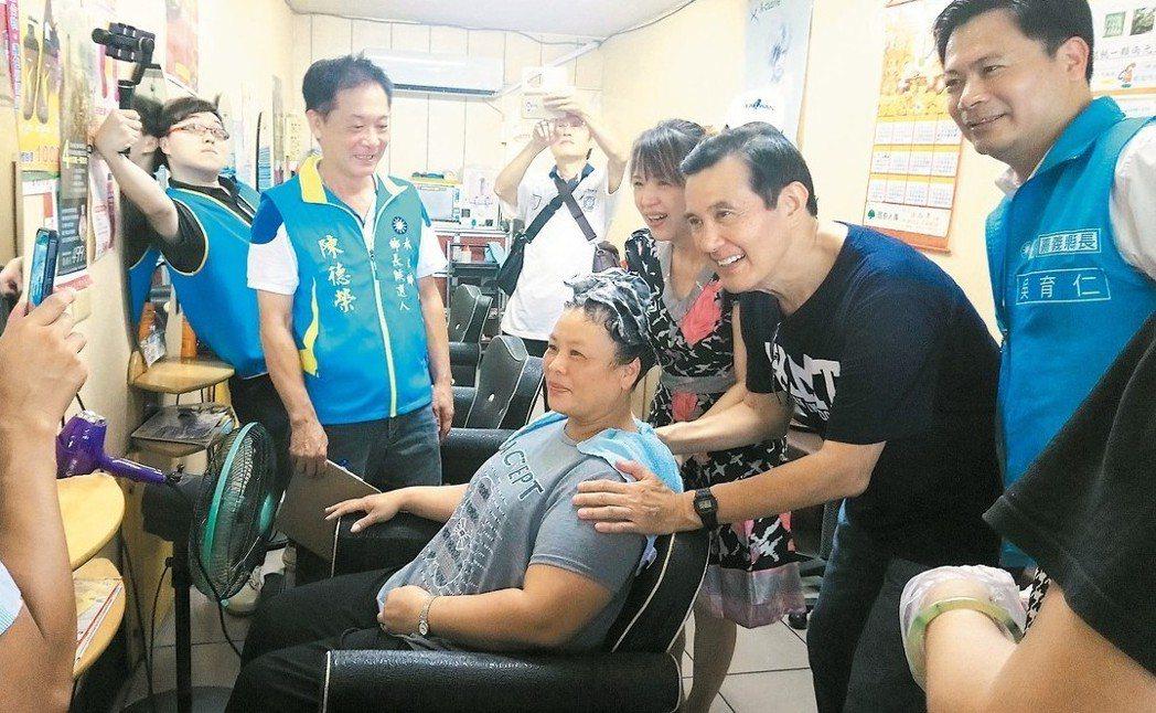 馬英九昨到嘉義縣輔選、掃街拜票,還進入美髮店與正在洗頭的顧客合影。 記者卜敏正/...