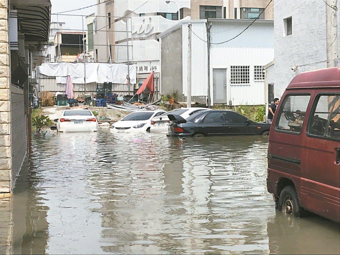 台南永康中華路疑因地下箱涵老舊、排水阻塞,昨天上午只下10多分鐘的雨就淹水,附近...