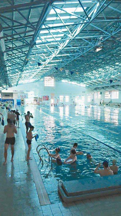 台中市文山室內游泳池一年虧71萬,是三處焚化爐虧損最少的。 圖/取自臉書「文山游...