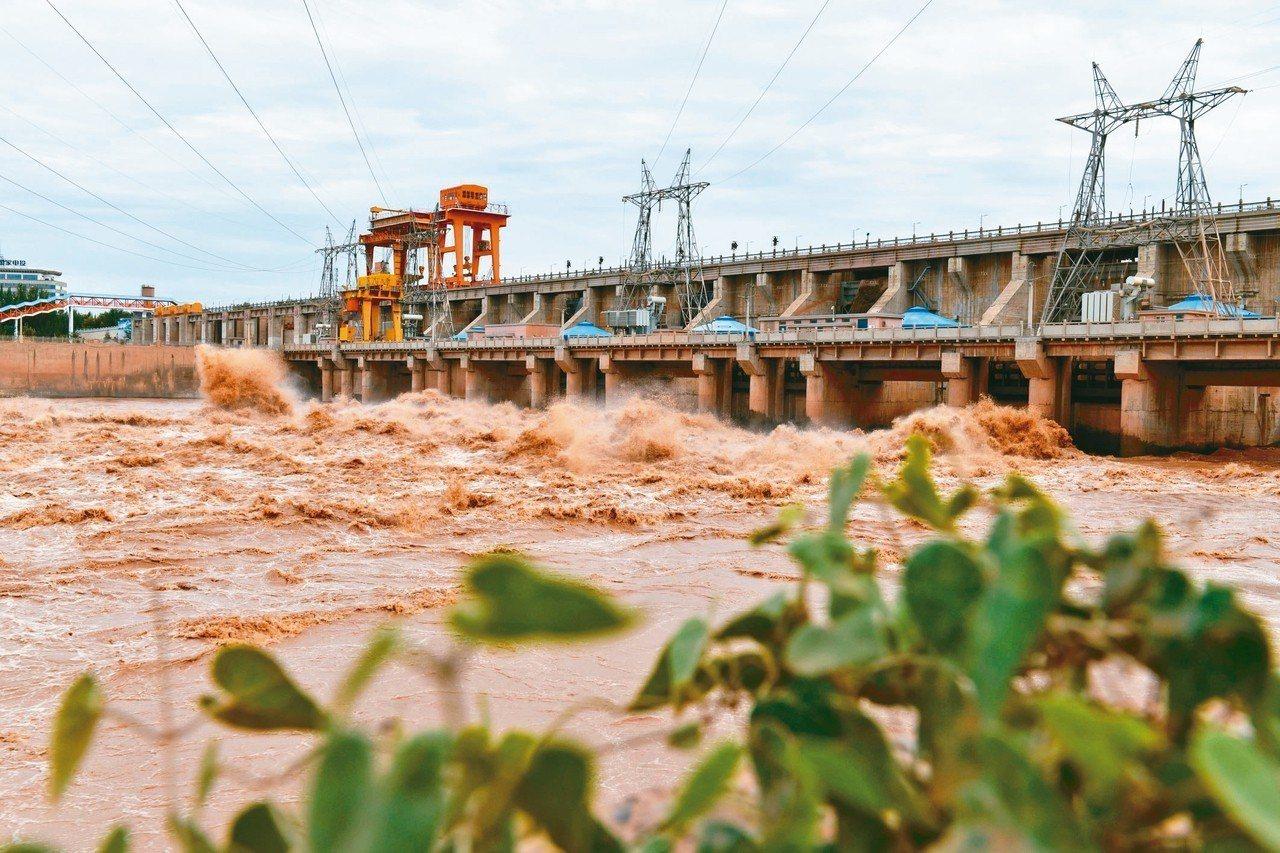 青銅峽水利樞紐工程於1958年8月動工興建,是黃河梯級第一期開發的大型水利工程之...