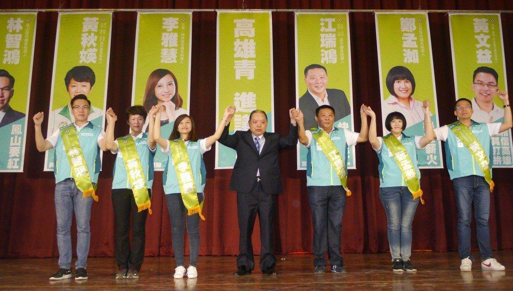 高市6位民進黨提名的議員參選人合組「高雄青連線」,合力打選戰。 記者徐白櫻/攝影