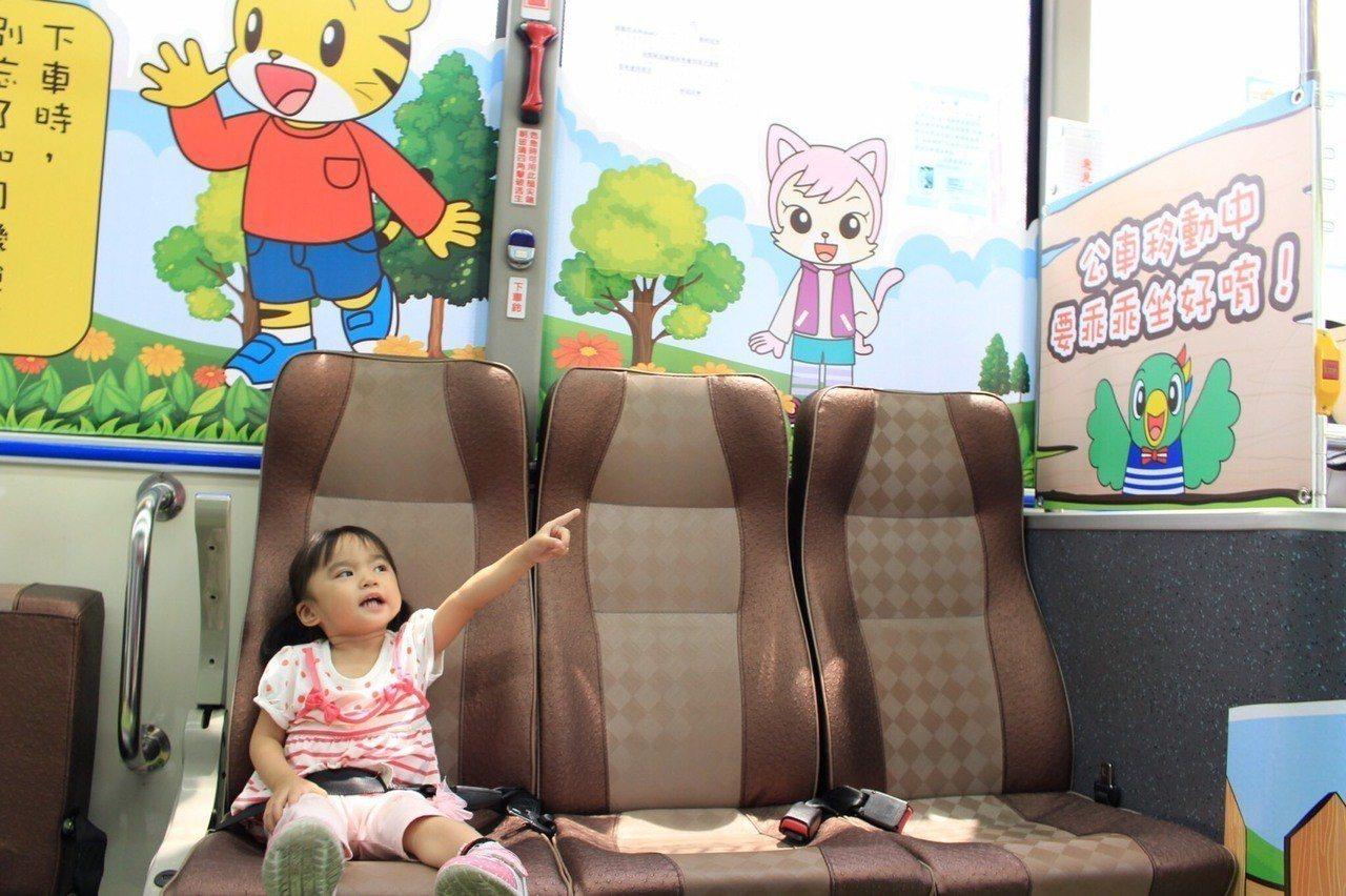 高市交通局把一輛公車布置成巧虎主題公車,吸引親子搭乘。 記者蔡孟妤/攝影