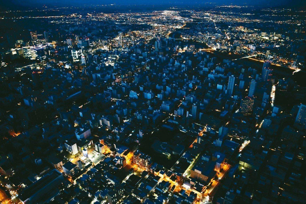 日本北海道六日強震造成當地全區大停電,從空中鳥瞰札幌市區一片黑暗。北海道電力公司...