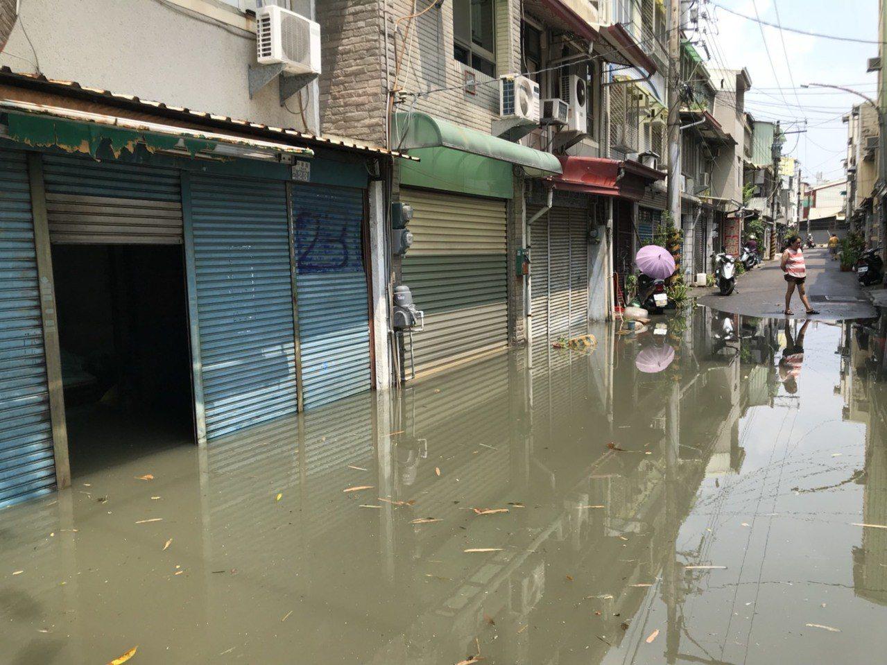台南永康中華路疑因地下箱涵老舊、排水阻塞,昨天一早只下10多分鐘的雨就淹水。記者...