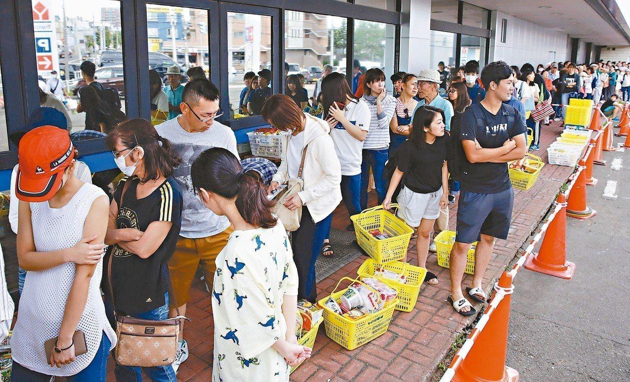 北海道六日凌晨發生強震,民眾趕忙採買糧食,札幌一家超市外大排長龍。 (路透)
