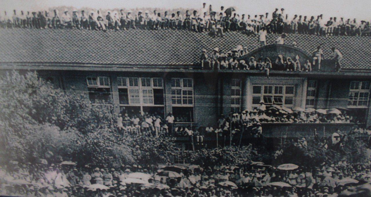 1956年日本少棒在當年的建華國中舉行,吸引大批人潮觀戰。記者張雅婷/翻攝「記憶...