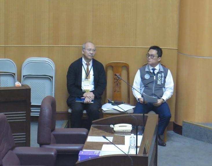桃園航空城公司總經理許又銘(右)、光世代建設公司董事長陳光雄(左)昨天到議會列席...