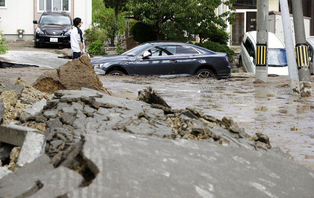 北海道發生規模6.7強震,多處房屋倒塌、道路下陷龜裂,山區有嚴重土石流。(美聯社...