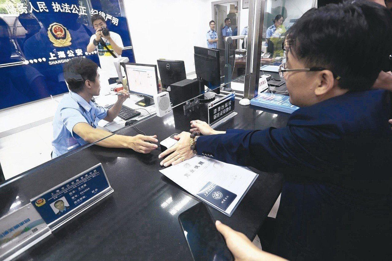 中國大陸9月開放居住超過半年的台灣民眾申領居住證,宣稱這是落實「同等待遇」,提供...