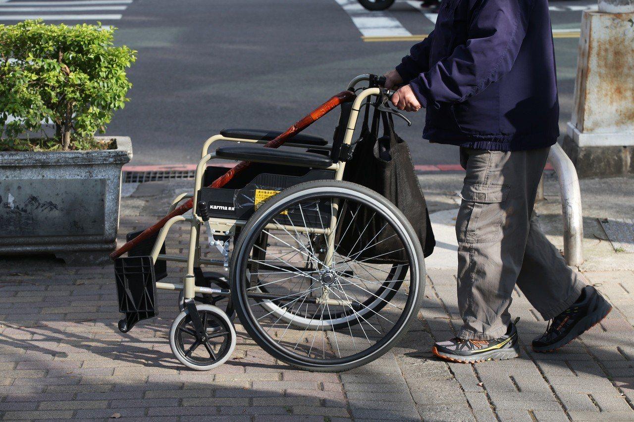 年長、行動不便者,期望有更便利的行走空間。圖/聯合報系資料照片