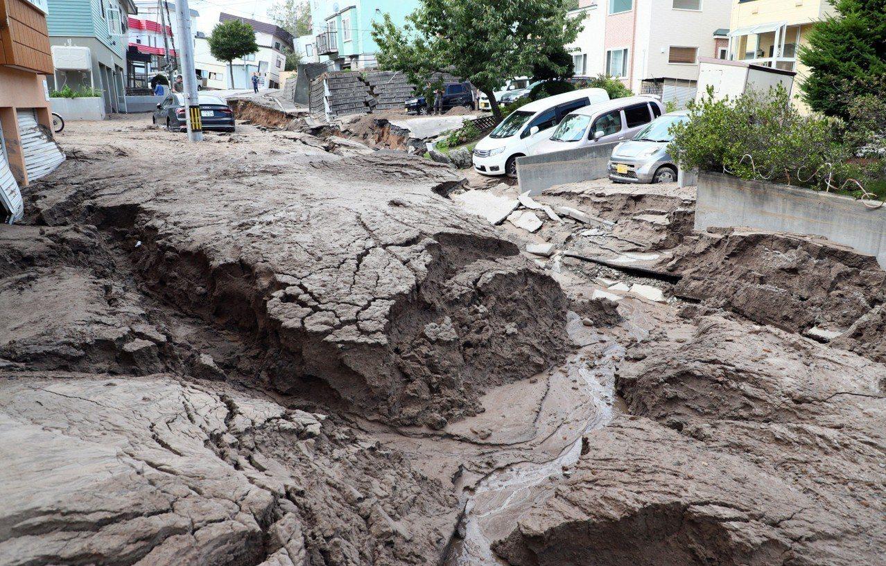 日本北海道六日凌晨發生規模六點七強震,札幌市區一條道路出現嚴重塌陷。 (美聯社)