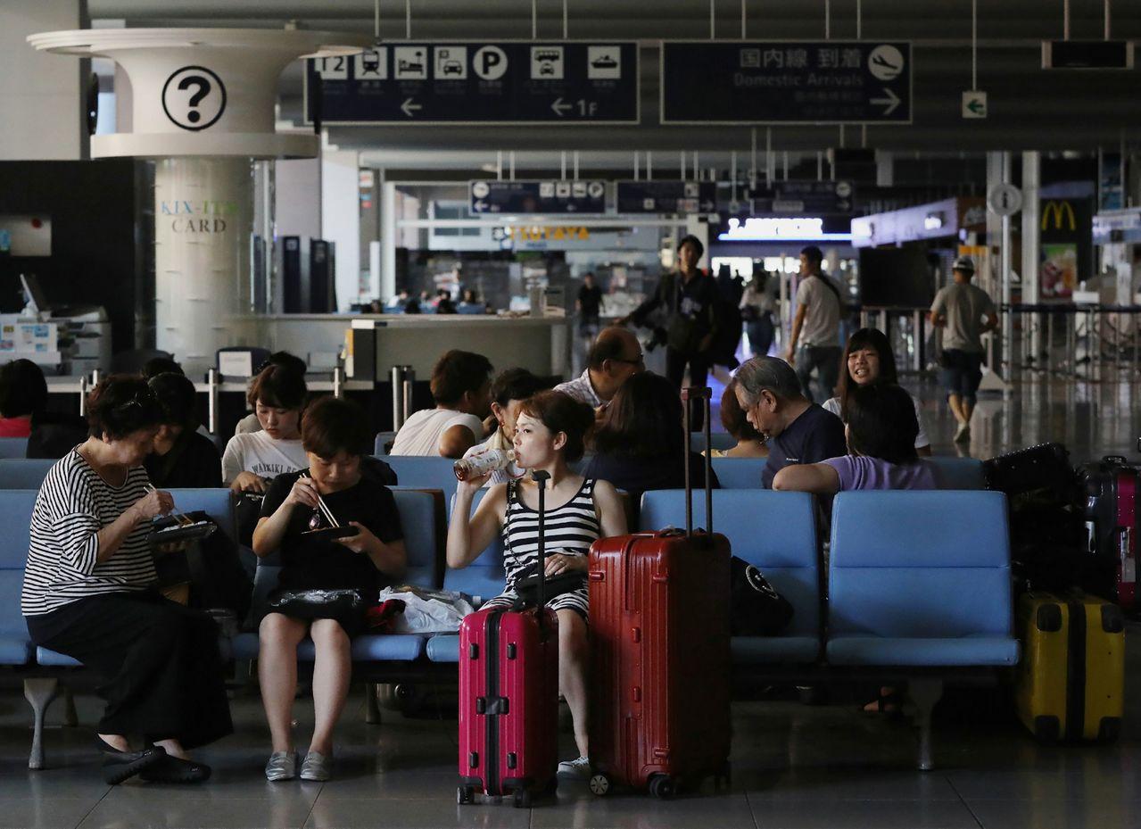 日本神戶新聞報導,關西機場國際線不知何時開放,海外觀光客陸續取消住房預約,對秋季...