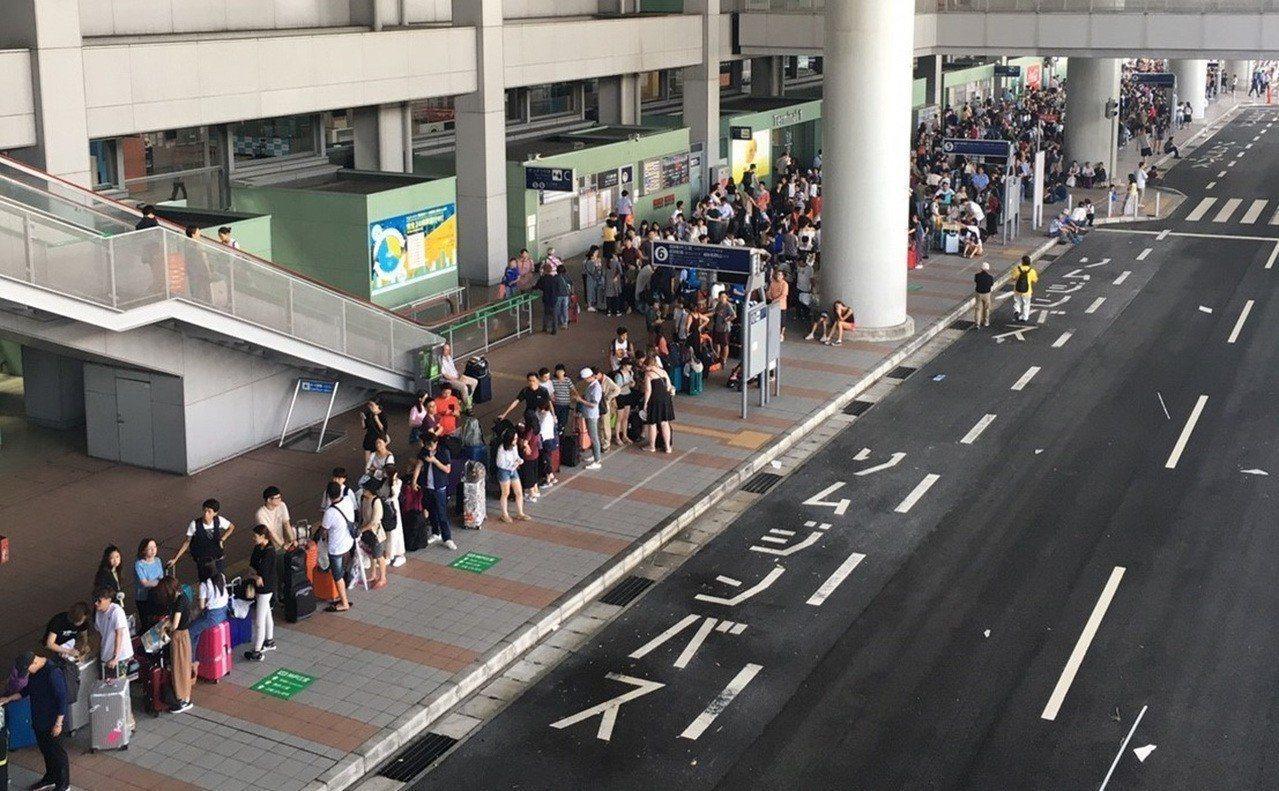 颱風燕子4日襲日本,關西國際機場淹水癱瘓,大量旅客滯留,5日有許多旅客排隊等著搭...