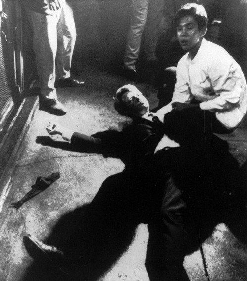羅伯‧甘迺迪遭致命槍擊後倒地,一旁跪著的是17歲的餐廳服務員羅梅洛。 (美聯社)