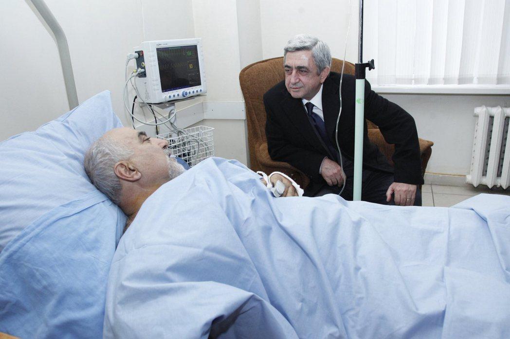 2013年,亞美尼亞「民族自決黨」黨魁兼總統候選人海里基揚(左)遭槍擊,時任總統...