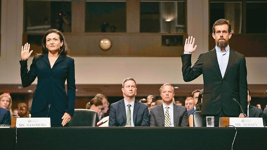 臉書營運長桑柏格(圖左)和推特CEO多西(圖右)出席國會聽證會。 法新社