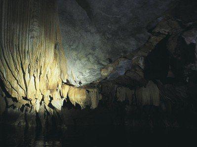 「地底河流國家公園」被選入世界遺產之列 。