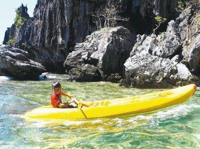 提倡生態旅遊的愛妮島,最適合以獨木舟慢慢賞玩。