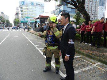 林皇宮員工自衛消防編組與現場指揮官溝通。 戴佑真/攝影。