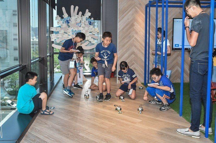 安聯人壽親子日,小朋友開心玩樂高機器人。圖/安聯提供
