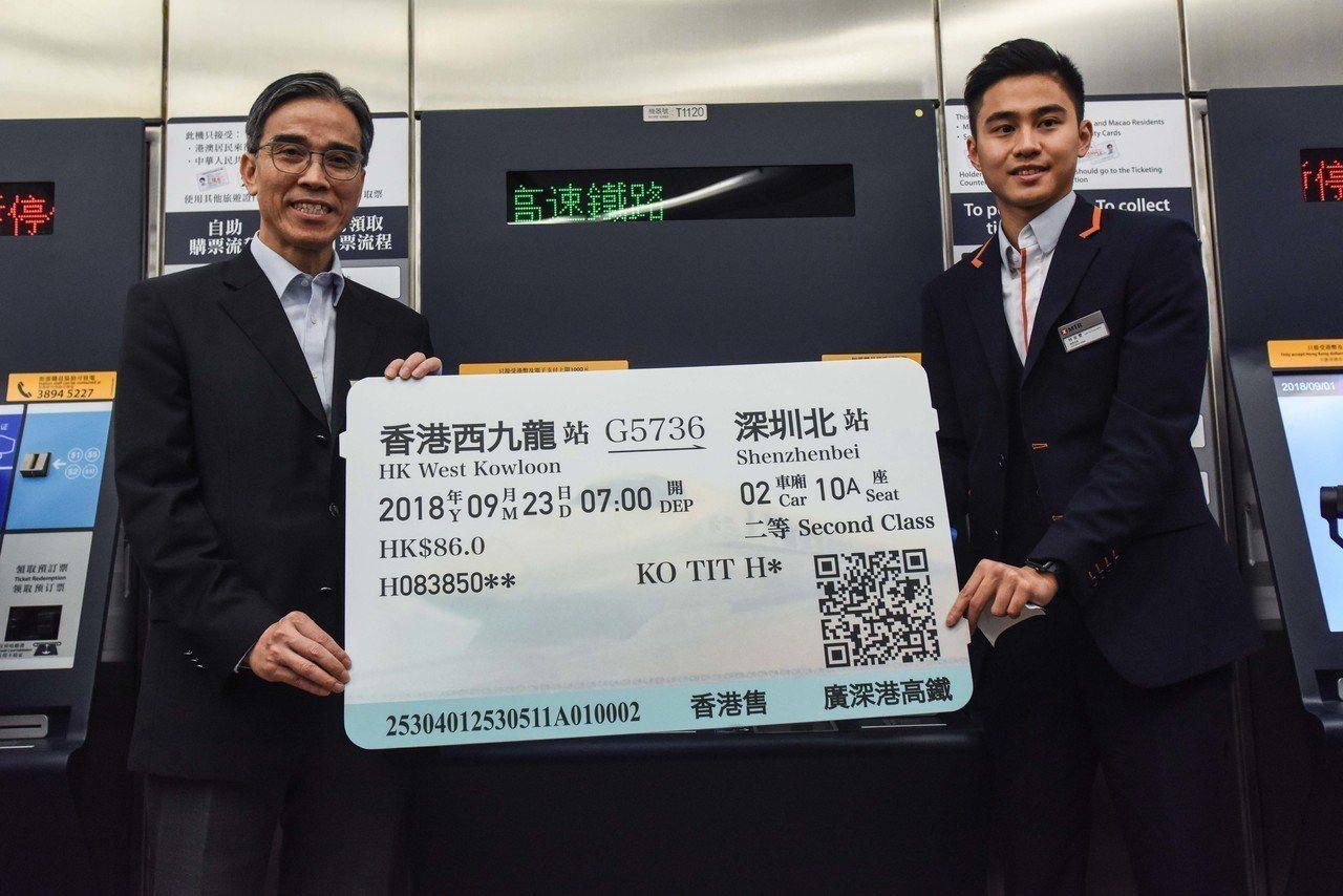 圖為港鐵車務總監劉天成(左)在高鐵西九龍站開放日前向媒體進行簡介。 中通社