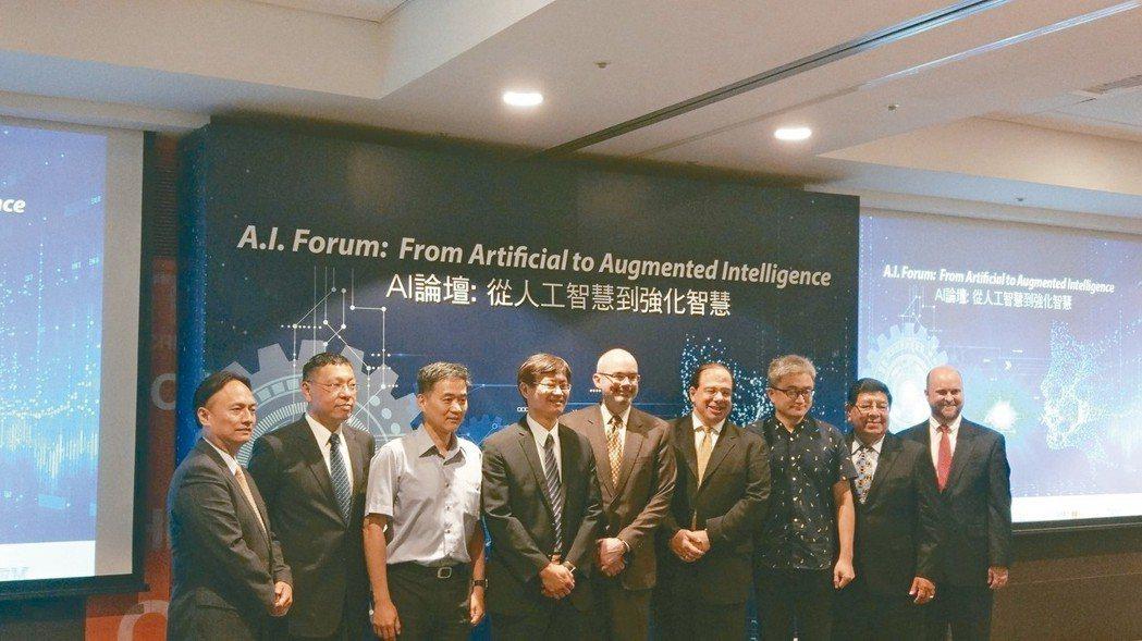 美國在台協會等單位主辦的「AI論壇:從人工智慧到強化智慧」論壇,杜奕瑾(右三)、...
