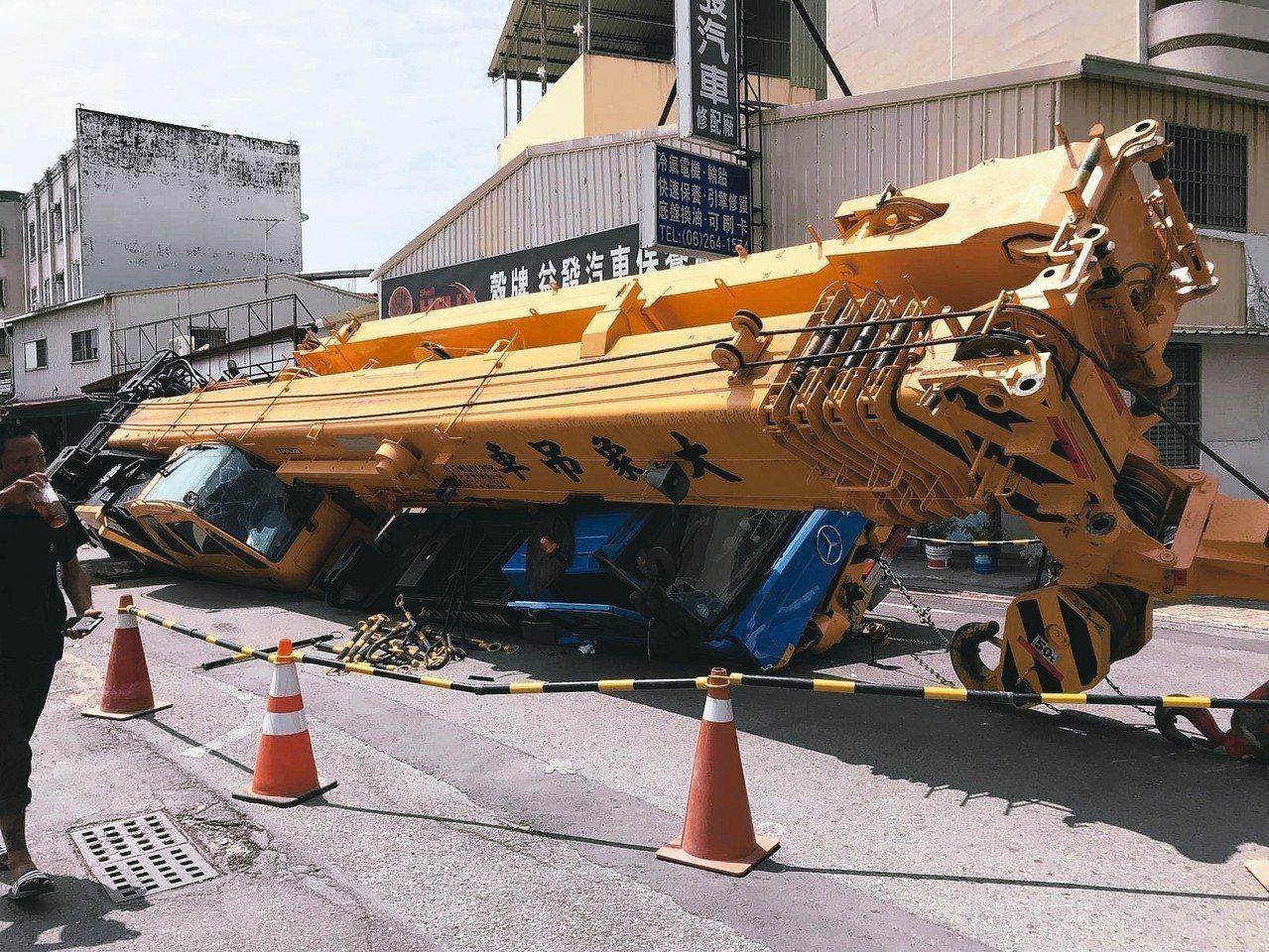 台南一輛100噸大吊車今早在台南市南區利南街陷入大坑洞。 記者邵心杰╱攝影