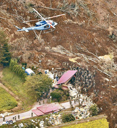 北海道厚真町6日地震引發土石流、破壞民房,日本自衛隊7日在現場搜救生還者。 路透