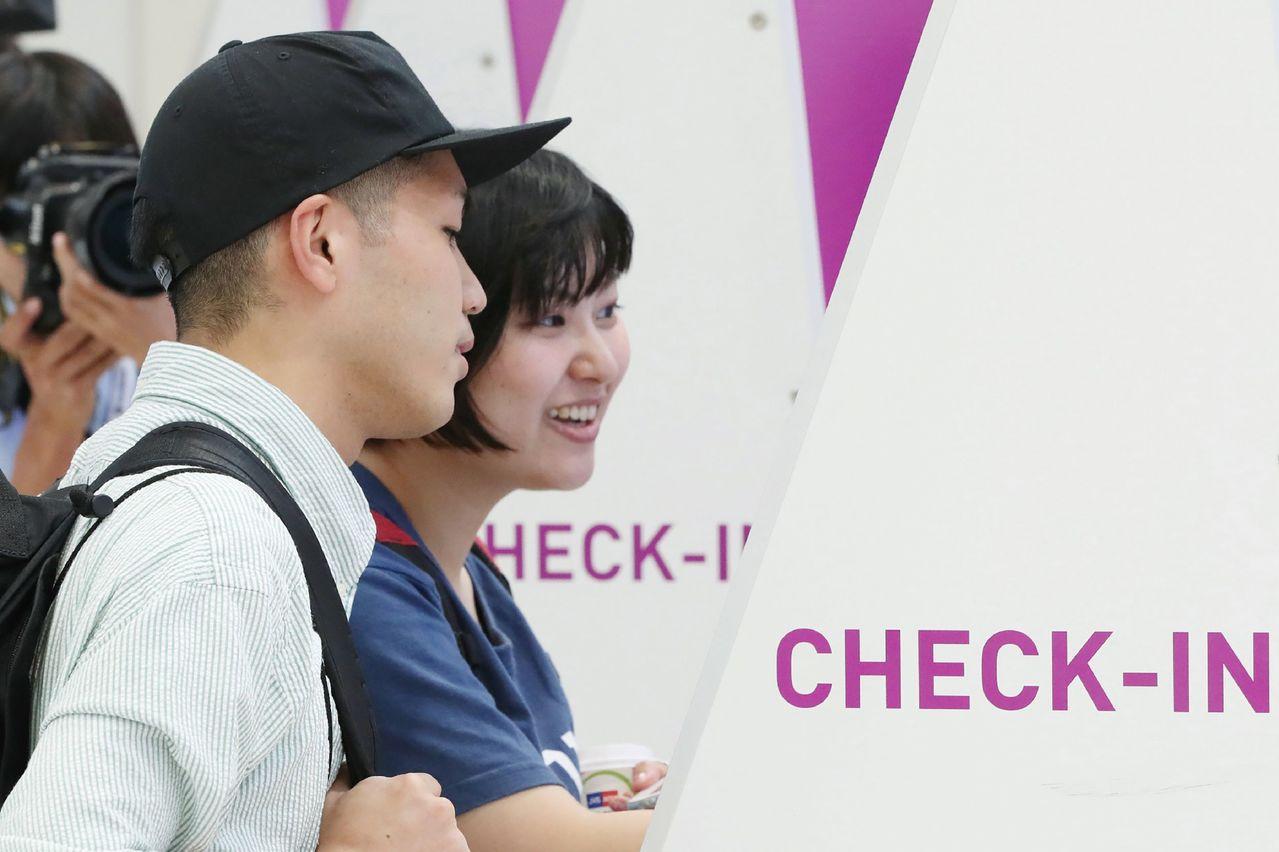 日本放送協會報導,關西機場今天重啟國內線,17個樂桃航空及2個日本航空航班陸續復...