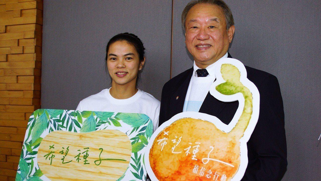 2012、2016奧運舉重雙金得主許淑淨(左)7日返回母校正修科技大學,與校長龔...