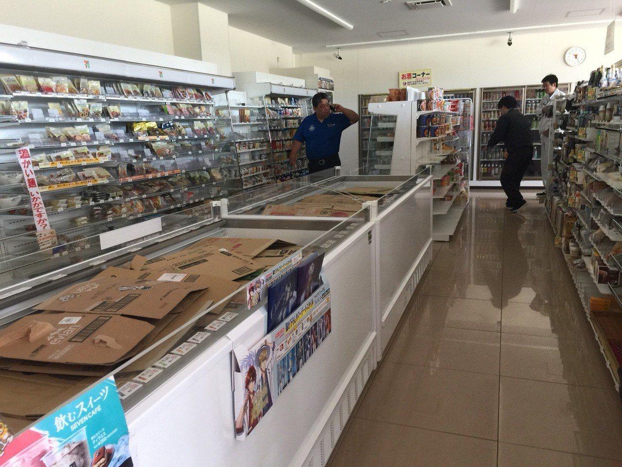 北海道6日凌晨發生強震,新千歲機場關閉,台灣團延後返台行程,正在北海道旅遊的游先...