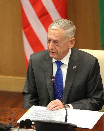 美國國防部長馬提斯今天抵達喀布爾。圖為馬提斯6日與印度外交部長及國防部長會面。 ...