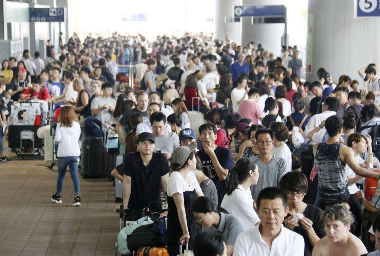 關西國際機場淹水癱瘓,一群宜蘭縣旅客在受困兩天後,昨晚終於回到台灣。圖為5日關西...