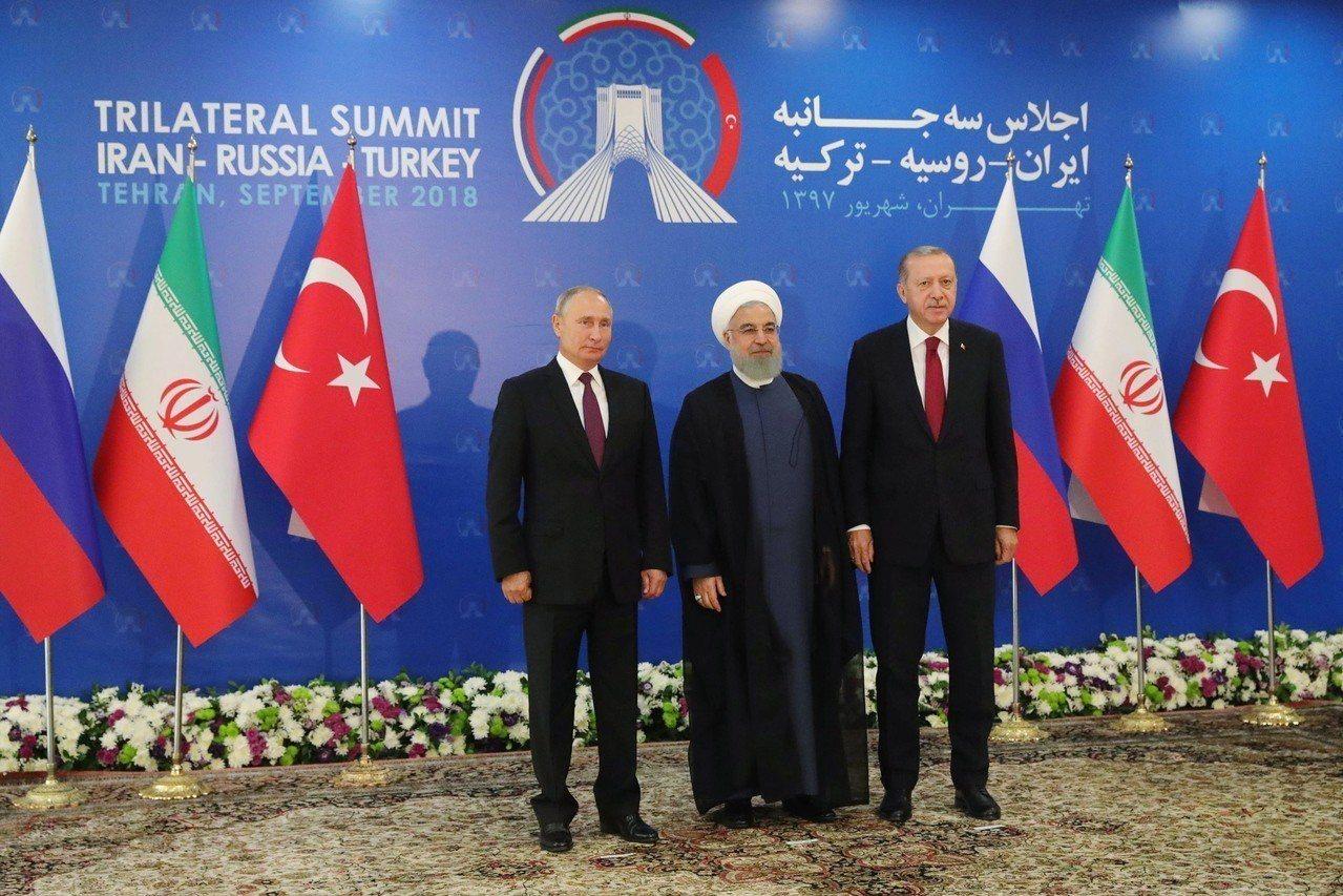 伊朗(中)、俄羅斯(左)及土耳其(右)總統今天在德黑蘭召開峰會討論敘利亞內戰問題...
