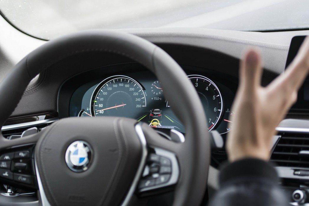 2019年式BMW大5系列四門房車標準配備之主動車距定速控制系統及主動車道維持輔...