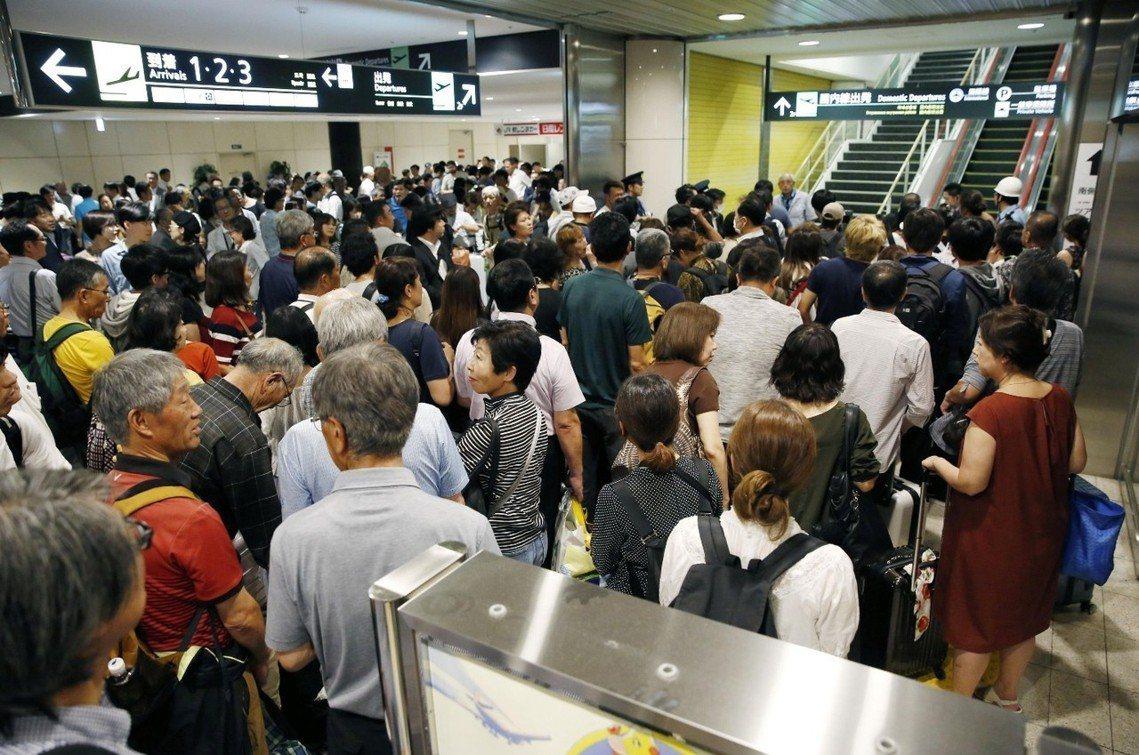 新千歲機場,7日上午等開國內線航班開放的人龍。 圖/路透社
