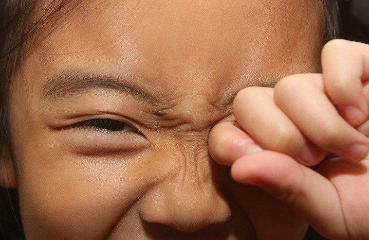 異物進眼時盡量別用手揉。示意圖/報系資料照