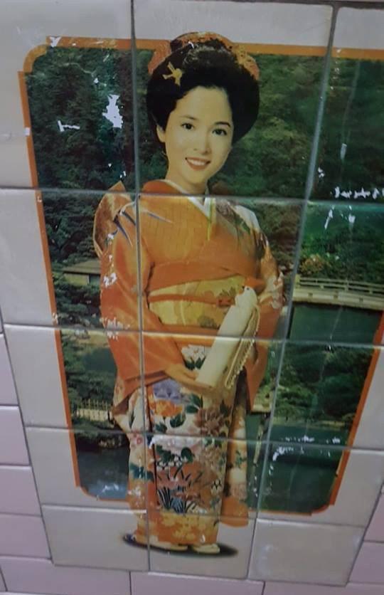 浴室上的美女磁磚除了裸女系列外,也有人的浴室是走日系風格的美女圖。圖擷自臉書「爆...