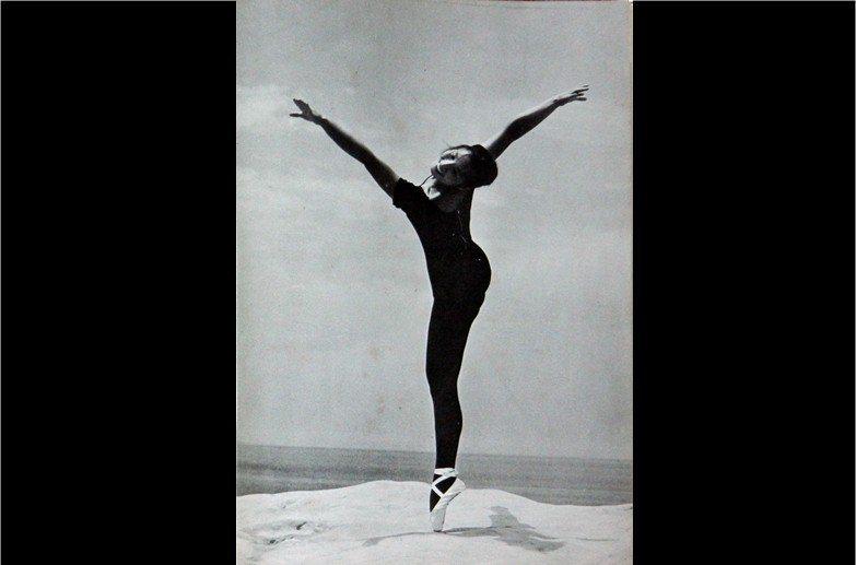 《林絲緞影集》內容收錄21位攝影家共31張照片。其中唯一張林絲緞身著舞衣的作品,乃是由鄭季超所攝。 圖/作者收藏,翻拍自《林絲緞影集》,1965年,文星書店出版