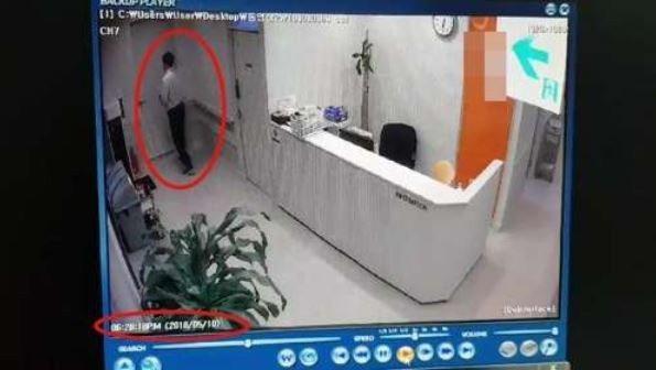 醫生穿著便服,只參與了20多分鐘的手術。圖擷自MSN新聞