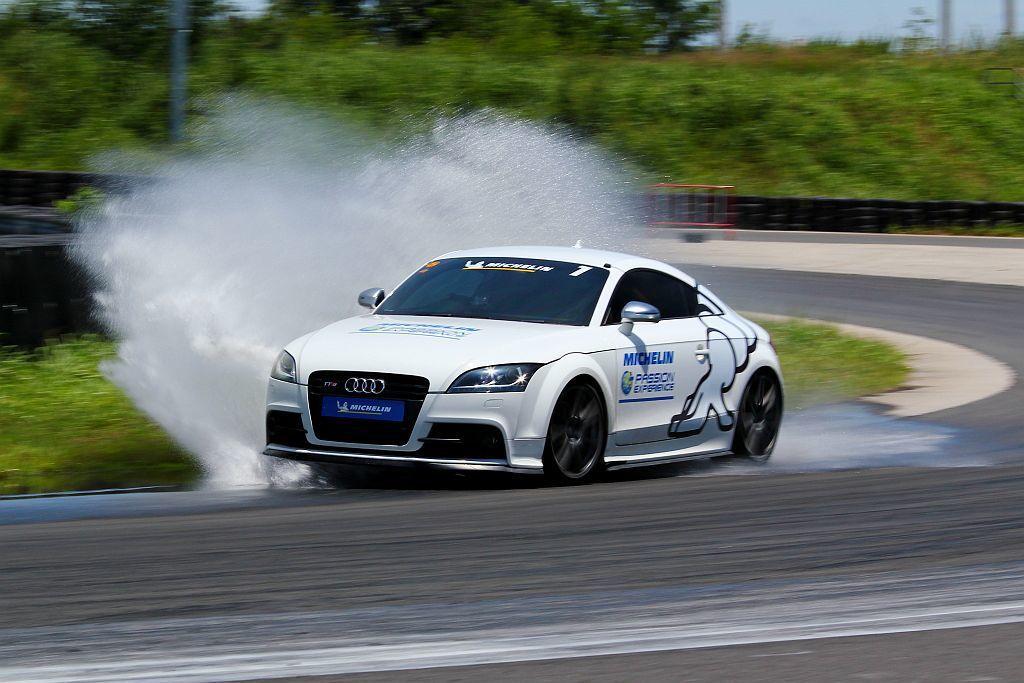 加速煞停、繞錐及濕地抓地體驗等關卡,讓學員們感受米其林Pilot Sport 4 S與對手競品的差異。 記者張振群/攝影