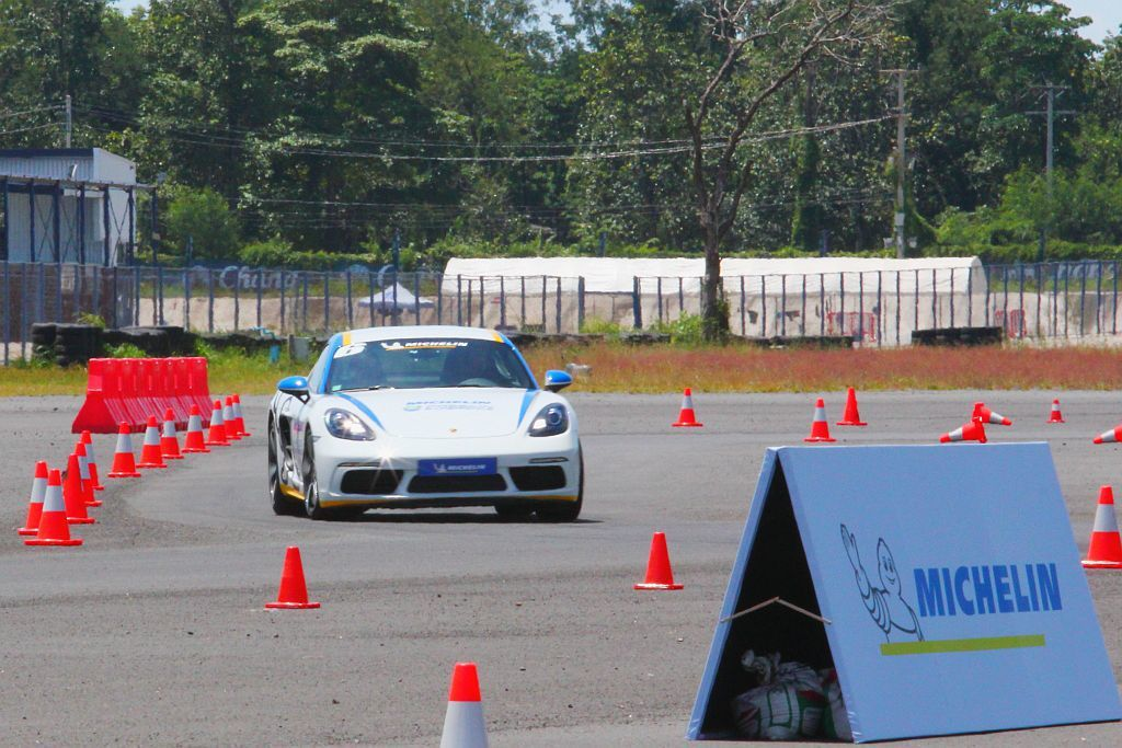 錐筒臨時劃分的路線不僅刁鑽且有眾多急彎,在此更能體驗米其林Pilot Sport...
