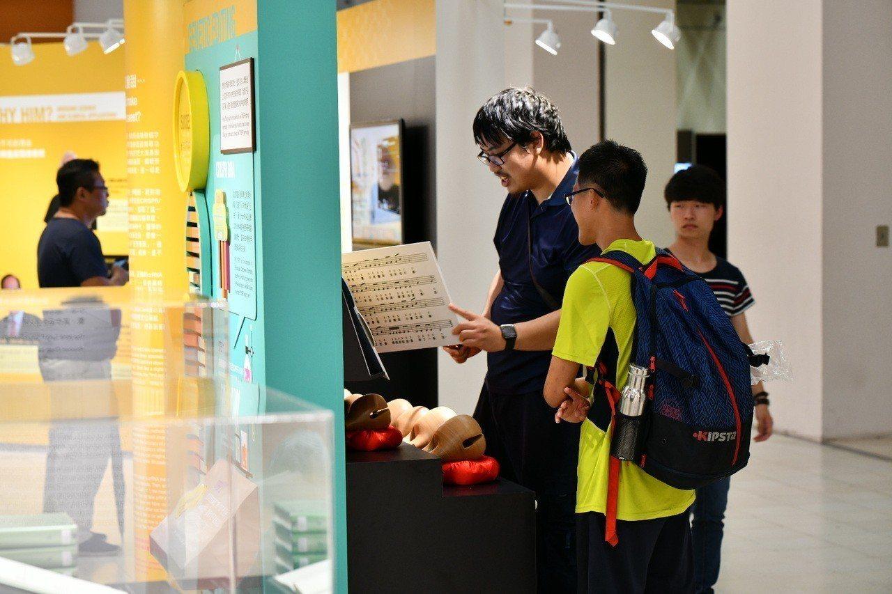 唐獎第三屆榮耀暨獎章證書展以互動遊戲方式展出,吸引許多民眾駐足體驗。圖/唐獎教育...