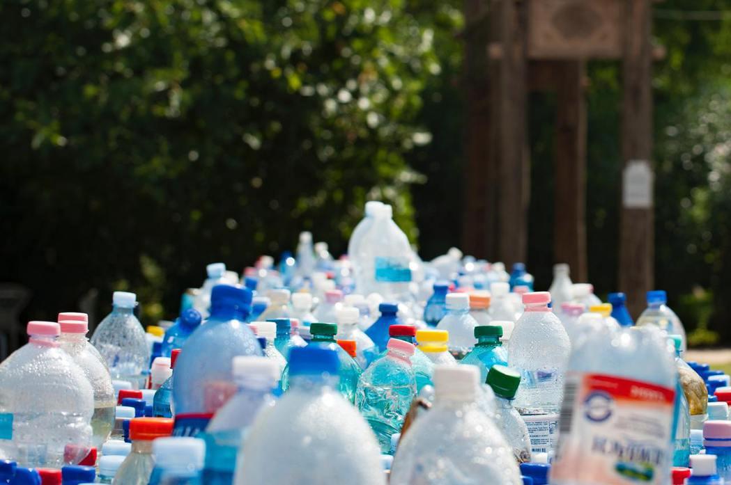 以塑膠作為包裝材料更具效率的意思是,比起其他材料,它需要相對少的力氣與能源就能完...