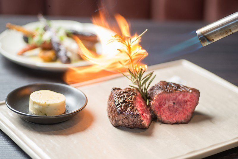 澳洲和牛牛小排油脂豐富、口感扎實,經過龍眼木燒烤後,肉塊表層焦脆、肉 質呈現誘人...